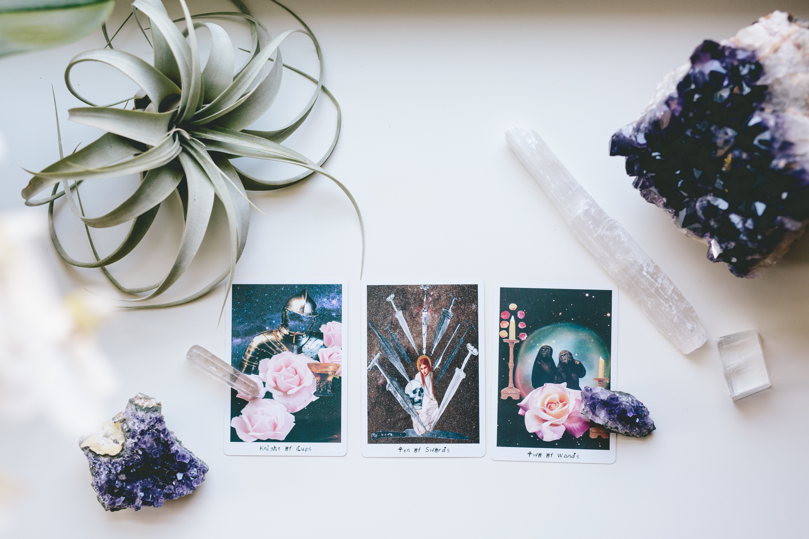 Tarot-amethyst-selenite-airplant