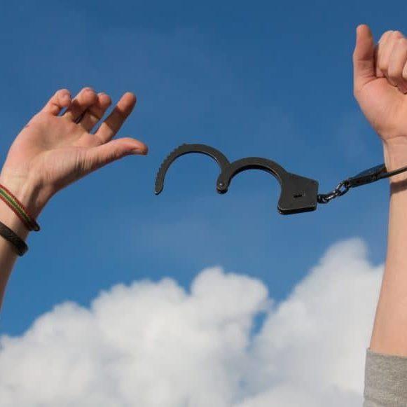 freedom-1886402_1920-handcuffshandssky